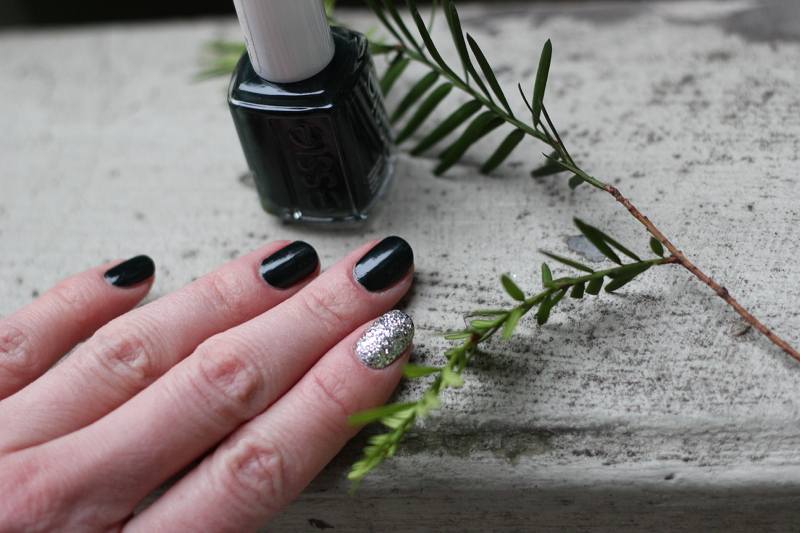 christmas nails: dark sparkle