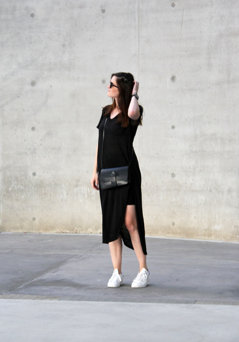 black linen dress minimal outfit stan smith sneakers