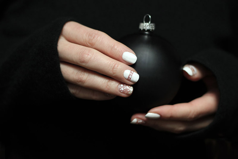 christmas manicure snow dotted white nailpolish black and white mnml mani