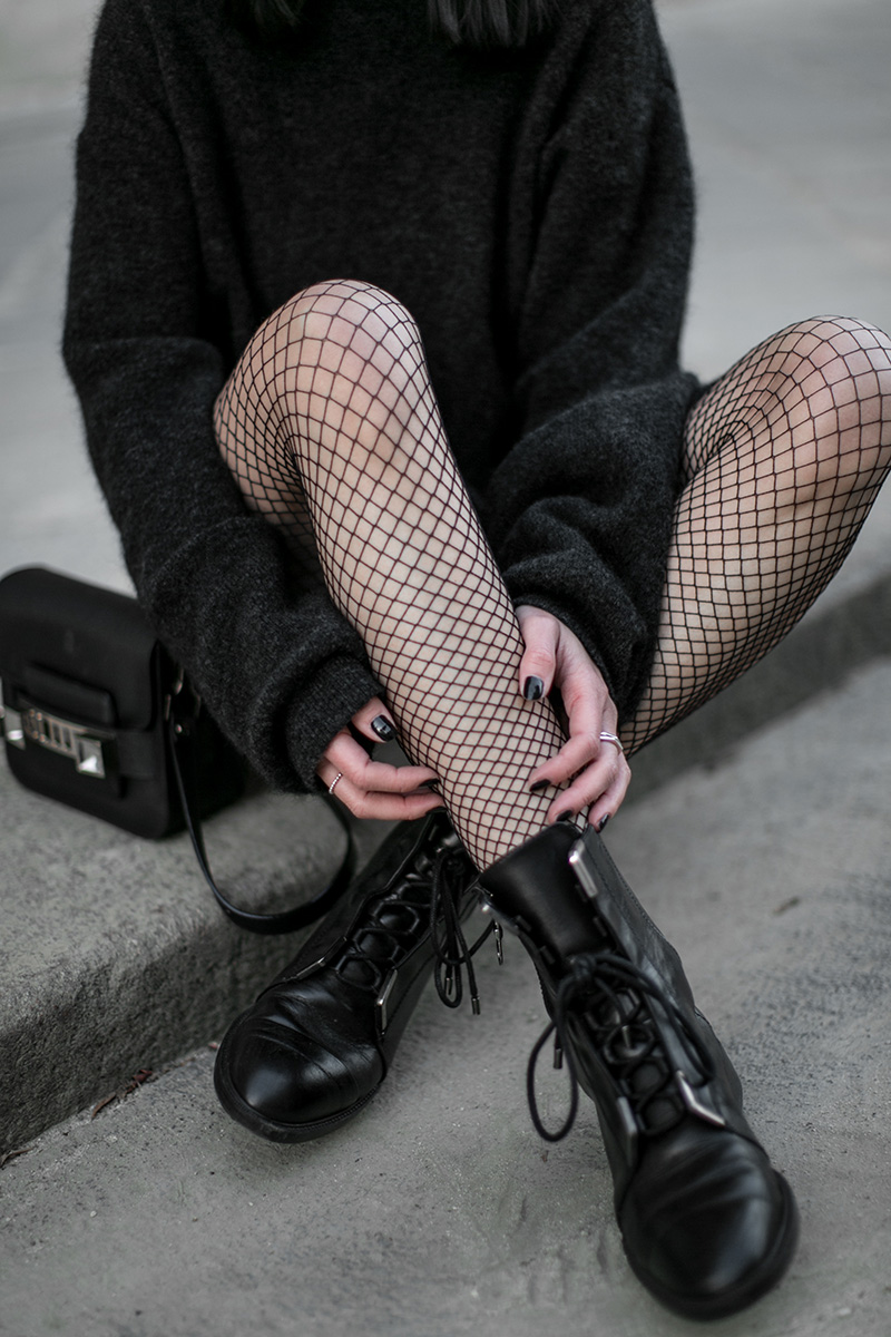 worry-about-it-later-fishnet-tights-all-black-streetstyle-vienna-zara-boots