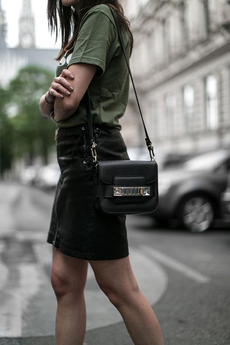 lederrock schwarz minirock diesel proenza schouler mini tasche streetstyle wien worry about it later fashionblog