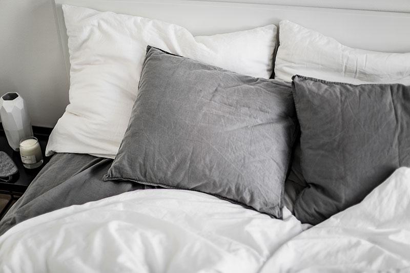 schlafen-ohne-wecker-lifestyle-tipps-worry-about-it-later-schwarz-weiss-interior-minimal-design
