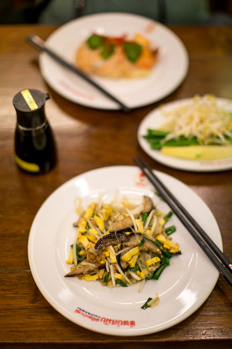 pad thai streetfood bangkok thip samai worry about it later