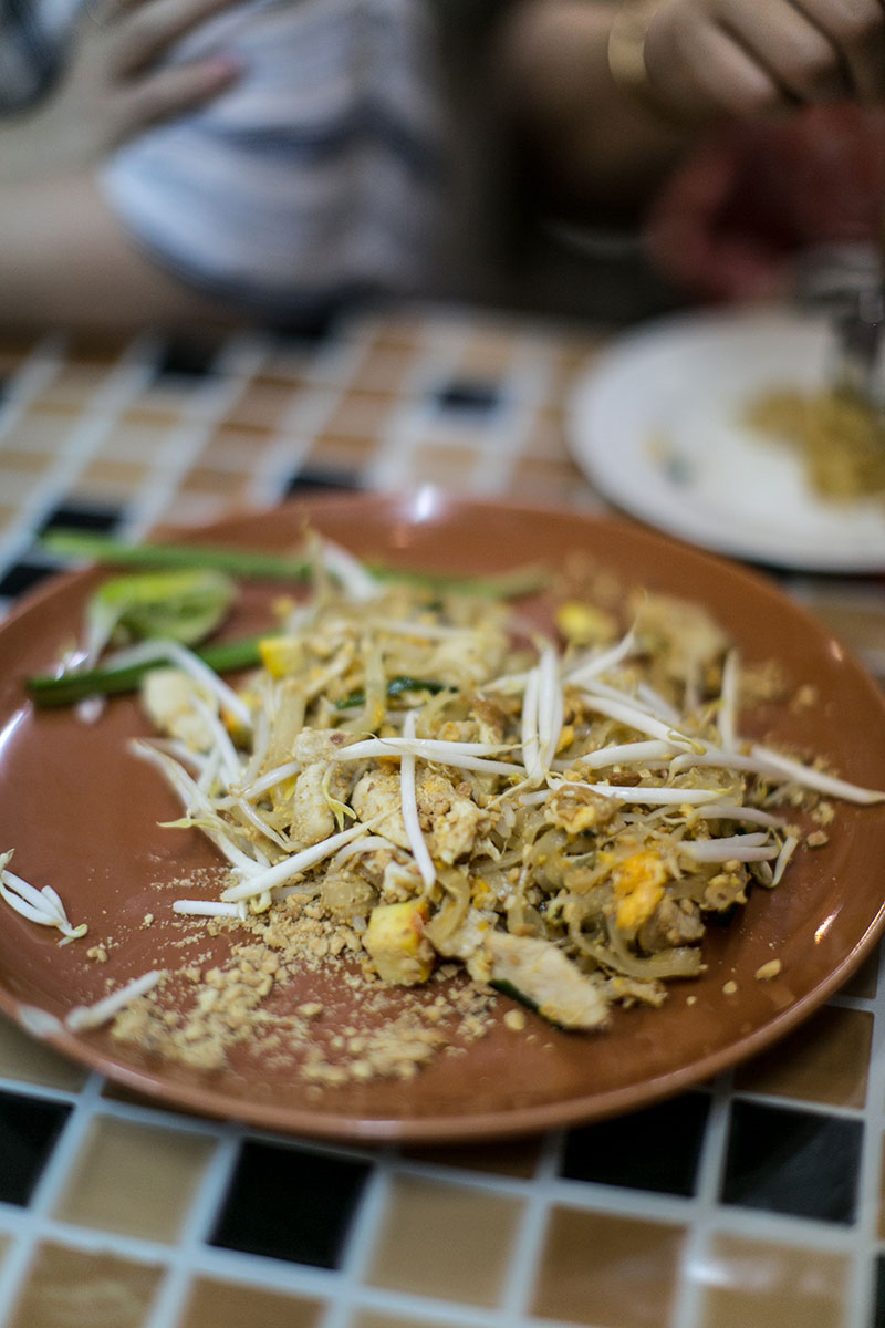 pad thai streetfood markt worry about it later